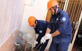 Sawaco人員在平盛郡第11坊的一民戶之非法自鑽水井進行封填工作中。(圖源:蔡芳)