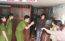 公安戰士親自上門為殘疾青年辦理身份證。