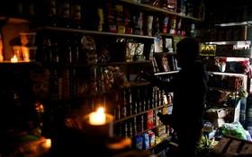 阿根廷大停電,布宜諾斯艾利斯一家商販摸黑營業。 (圖源:路透社)