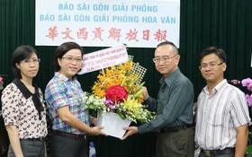 范興主任接受張副主席贈送的鮮花。