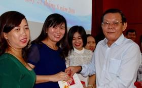 《西貢解放報》總編輯阮晉豐向本報幹部頒發紀念章。
