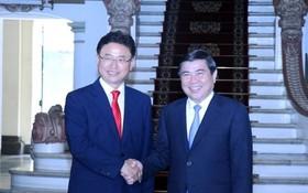 市人委會主席阮成鋒(右)接見韓國慶尚北道省長李喆雨。(圖源:春區)