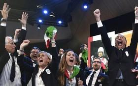 意大利代表團在公佈結果後一片歡騰。(圖源:AP)