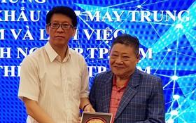 杭慰瑤代表市企業協會贈紀念品給中國 紡織品進出口商會代表團。