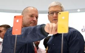 左為 Jony Ive、右為執行長 Tim Cook,兩人在 iPhone XR 發表會的畫面。(圖源:AFP)