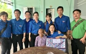 青年團員們探訪並向越南英雄母親鄧氏秋贈送禮物。(圖源:裴英俊)