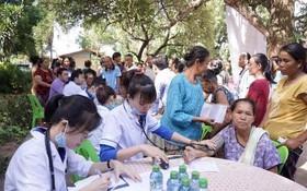 廣治省青年醫生協會成員赴老撾沙灣拿吉省贈醫施藥。(圖源:翠安)