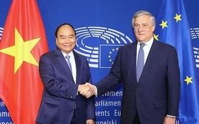 阮春福總理(左)去年10月訪歐盟時會見歐洲議會會長安東尼奧‧塔亞尼。(圖源:VGP)