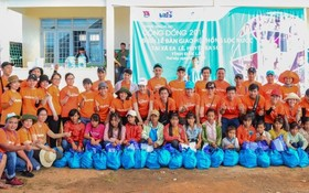 慈善團與當地貧困同胞合照。