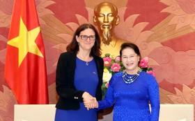 國會主席阮氏金銀(右)接見歐盟貿易事務執委塞西莉亞‧馬爾姆斯特倫。(圖源:越通社)