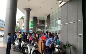 昨日下午,不少紡織品成衣企業已趕抵Central Group駐本市辦公廳以瞭解該通報事宜。(圖源:張啟)