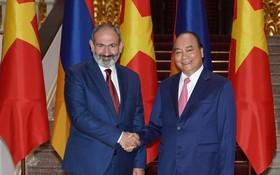 政府總理阮春福(右)與亞美尼亞共和國總理尼古爾‧帕希尼安會面時握手。(圖源:光孝)