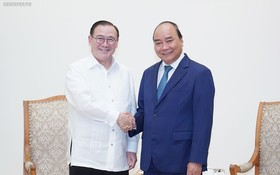 政府總理阮春福(右)接見菲律賓外交部長特奧多羅‧洛欽。(圖源:VGP)
