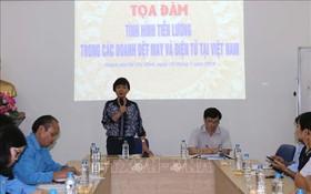 越南勞動總聯團勞動關係處副主任陳氏清霞(站立者)在研討會上發言。(圖源:越通社)