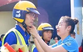 組委會向志願者贈送安全帽、揮棒、旗、上衣等維持交通秩序的輔助工具。