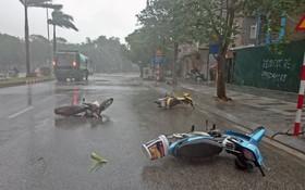 許多路人棄下摩托車避雨。(圖源:TNO)