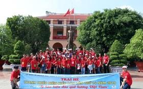 夏令營參與者在芽龍碼頭的胡志明博物館前合照。(圖源:越通社)