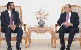 政府總理阮春福(右)接見任期屆滿前來辭行的巴拿馬大使沙穆迪歐。(圖源:光孝)