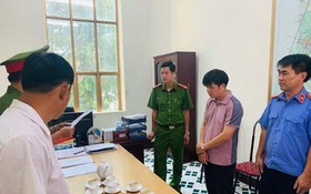 執法警員向嫌犯宋光泰(右二)宣讀逮捕令。(圖源:警方提供)
