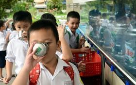 富潤郡胡文華小學生獲老師們指引斟夠要喝的水量,以形成 節省用水的好習慣。