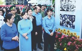 市委副書記武氏蓉(左一)與代表觀展。(圖源:互聯網)