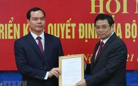 阮廷康同志(左)從中央組織部長范明政手中接過人事委任《決定》。(圖源:越通社)