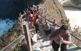 救援隊員將罹難者的屍體運出懸崖。(圖源:Nusa Bali)