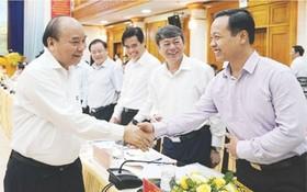 政府總理阮春福(左)與代表交談。(圖源:互聯網)