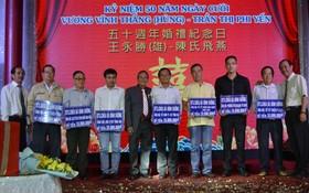 王永勝先生(左五)與土龍木天后宮代表向各單位贊助慈善基金。