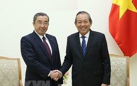 政府常務副總理張和平(右)接見日本傳播與內務部大臣鈴木淳司。(圖源:越通社)