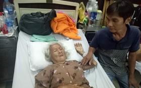 林榮正照顧骨折的母親。