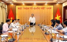 越南祖國陣線中央委員會主席陳清敏(中)主持獎項指委會、組委會會議。(圖源:潘草)