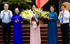 市領導向新任市人民議會副主席潘氏勝同志(中)增送鮮花祝賀。(圖源:Zing)