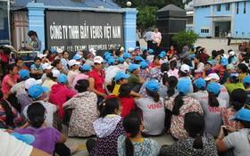 眾多工人在越南Venus鞋業有限公司門前罷工抗議。(示意圖源:互聯網)