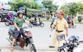交警查處交通違規者。