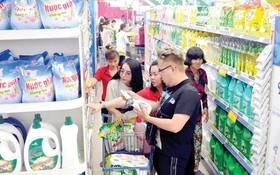 消費者在貢瓊Co.opmart連鎖超市購物。