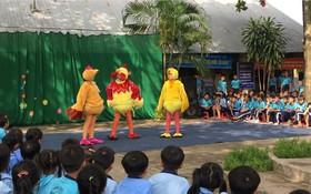 南方藝術戲院的木偶戲藝人為郊區少兒表演。