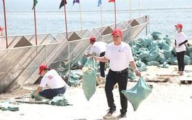 志願隊員們在金蓮海灘清理垃圾。(圖源:春瓊)