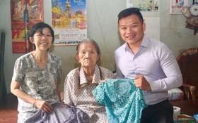 麒麟(右一)接受劉二女大娘(中)和葉雪梅 女士(左一)贈送擁有半個世紀歷史的大襟衫。