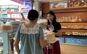 Sweet Home餅家員工向顧客介紹產品。