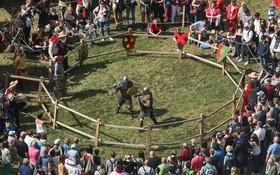 8月10日,在比利時布永,遊客在中世紀風情節上觀看武士格鬥。(圖源:新華社)