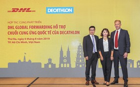 DHL Global Forwarding與法國體育用品零售商迪卡儂Decathlon代表(中)合照。