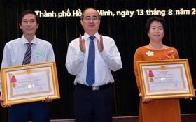 市委書記阮善仁向兩所學校頒授三等勞動勳章。(圖源:越勇)