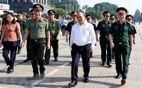 政府總理阮春福(前中)進行檢查胡志明主席陵定期保養工作。(圖源:越通社)