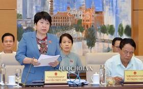 國會社會問題委員會主任阮翠英(前左)在會議上闡述報告。(圖源:Quochoi.vn)