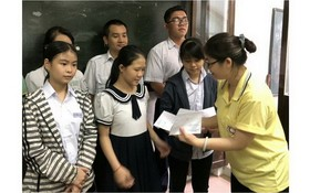 台商李桂芬向貧困學生頒發助學金