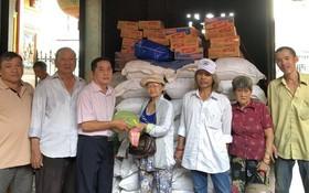霞漳會館理事向清貧戶派發盂蘭節禮品。