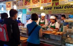 顧客排隊購買泰國美食。