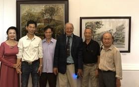 華人畫家與市美術協會主席淵輝(右三)合照。