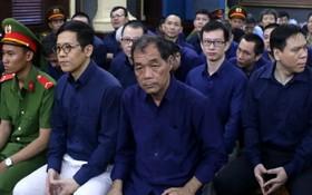 圖為2018年7月出庭受審的被告人沈啤(前右一)與共犯。(圖源:玉華)